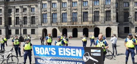Boa's demonstreren op de Dam voor wapenstok en pepperspray