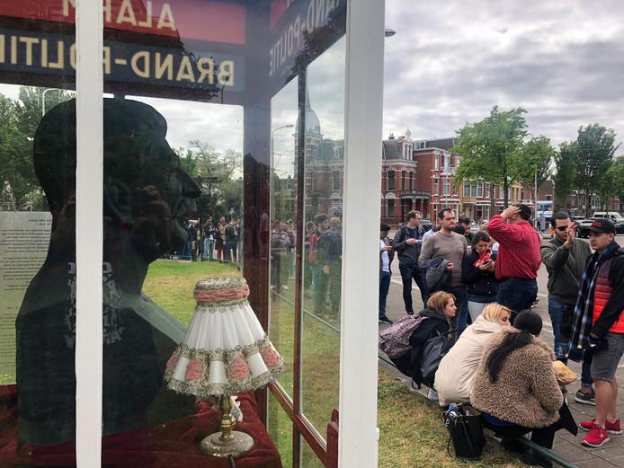 Stemgerechtigden uit 21 Europese landen kunnen vandaag hun stem uitbrengen bij de ambassades in Den Haag. Bij de Roemeense ambassade staan kiezers soms wel vier of vijf uur lang te wachten voordat ze hun stembiljet in de bus kunnen deponeren.