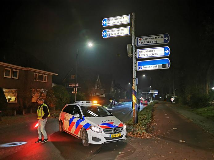 De Kruisbergseweg is afgesloten door de politie.