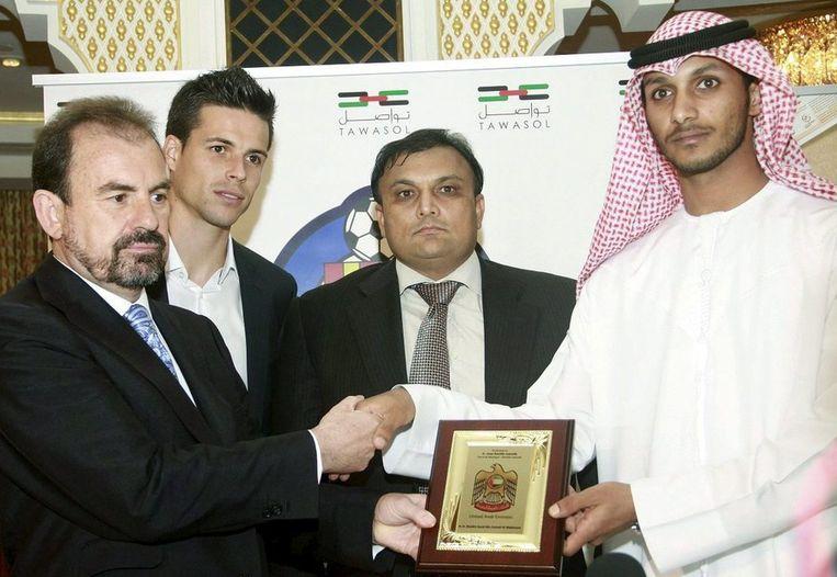 President van de Spaanse eerstedivisieclub Getafe Angel Torres (L), Royal Emirates Group directeur Kaiser Rafiq en Sheik Butti bin Suhail Al Maktoum van Dubai bij de verkoop van de club op 21 April 2011. Beeld anp
