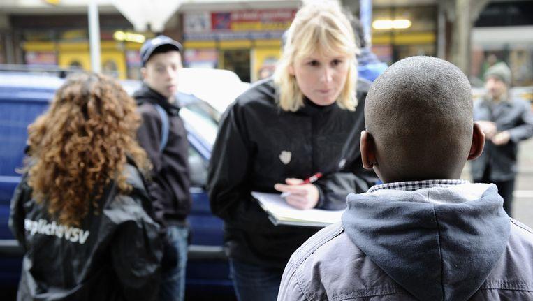 Een leerplichtambtenaar controleert in Den Haag. Beeld anp