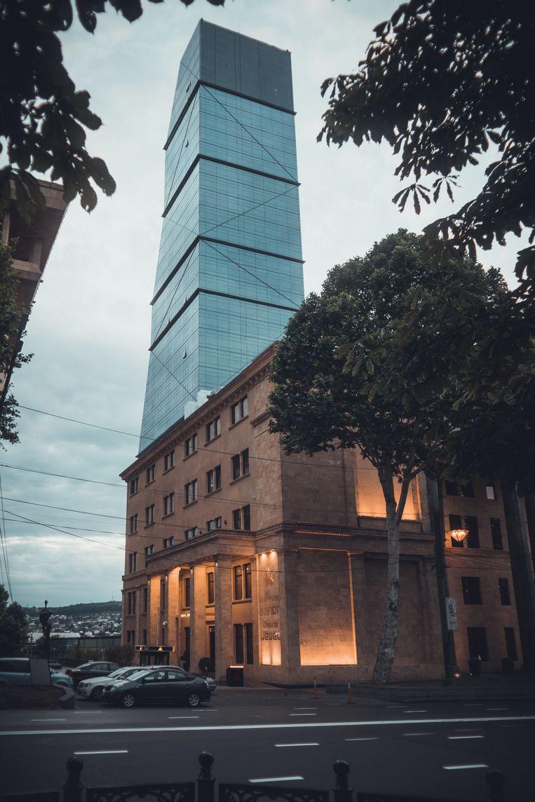 Design, Moderne architectuur in Tiblisi, Georgie. Het Biltmore gebouw, nieuw tussen de oude gebouwen. Beeld Stijn Hoekstra