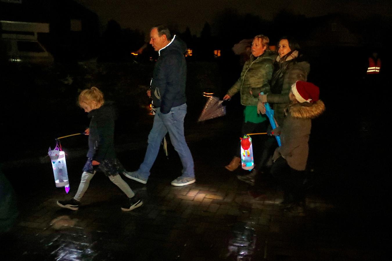 De lichtjesoptocht trok vrijdagavond weer door Someren-Eind.