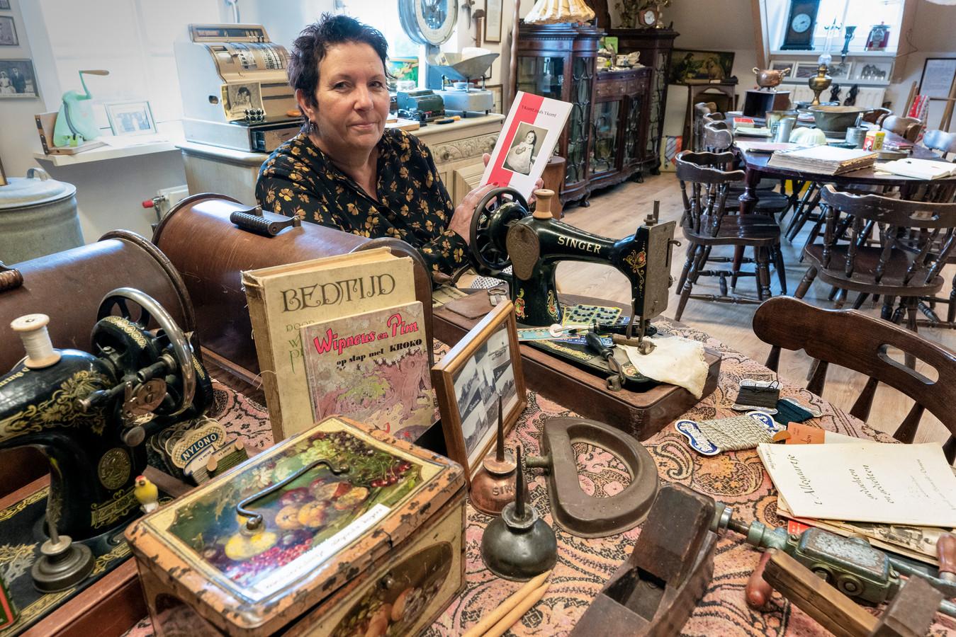 Astrid Damen in haar landelijk museum 't Schuurke in Alem, vol met oude spullen uit de omgeving.