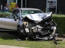 Proefrit eindigt bovenop vrachtwagen in Nijkerk: bestuurder gewond