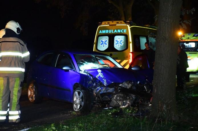 Bij de botsing raakte de auto zwaar beschadigd. Twee ambulances ontfermden zich over de gewonden.
