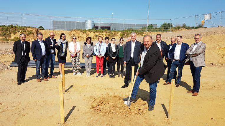 Schepen Jo Feytons (Open Vld) steekt de eerste spade in de grond voor de nieuwbouw van de technische dienst van Borgloon