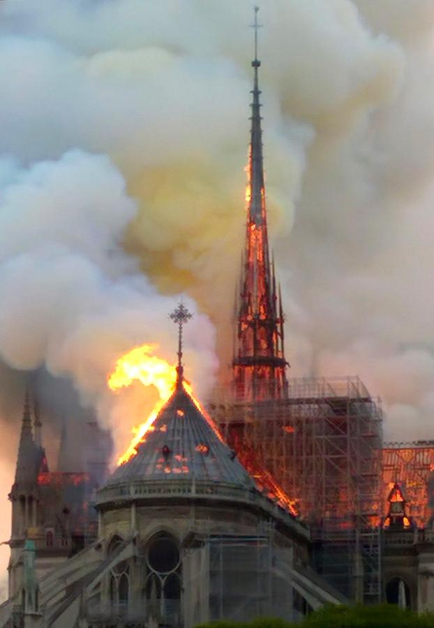 De spits staat in lichterlaaie. Het verleidt twitteraars tot berichten met de hashtag 'PrayforQuasimodo', de 'klokkenluider van de Notre-Dame'. In het verhaal van Victor Hugo zijn de klokkentorens en andere hoogst gelegen delen van de Notre-Dame het verblijf van de gebochelde Quasimodo.