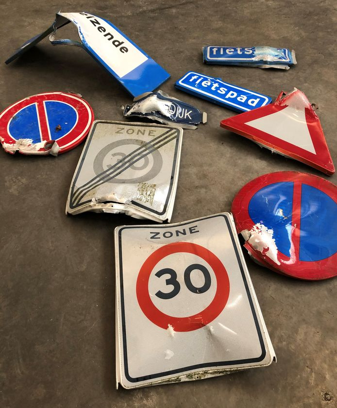 Vernielde verkeersborden in Deurne. Aan de borden hangt een prijskaartje van gemiddeld 70 euro.