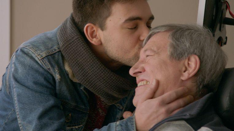 'Lowie' (Mathias Vergels) kust zijn tv-vader 'Luc Bomans' (Mark Willems).