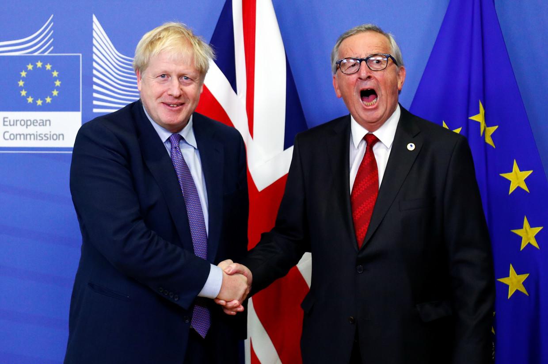 De Britse premier Boris Johnson en de voorzitter van de Europese Commissie Jean-Claude Juncker presenteren hun Brexit-deal.