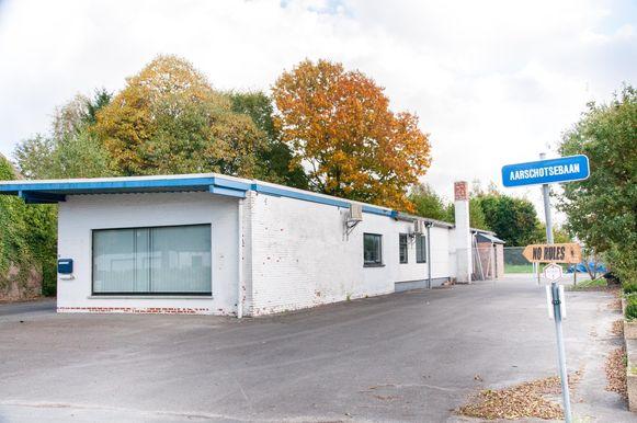 Het omstreden clubhuis van de motorbende langs de Aarschotsebaan.