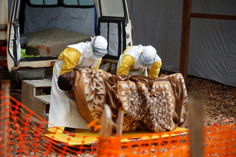 Een ebolapatiënt wordt opgenomen in een veldziekenhuis in Congo.