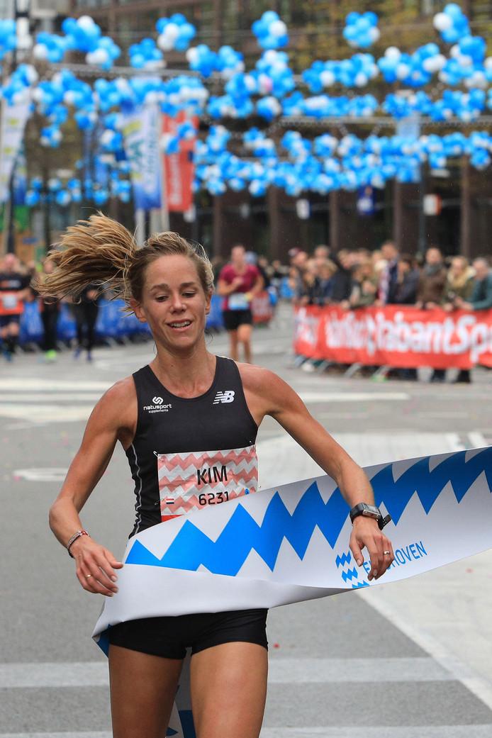 Kim Dillen komt over de finish in de halve marathon van Eindhoven.