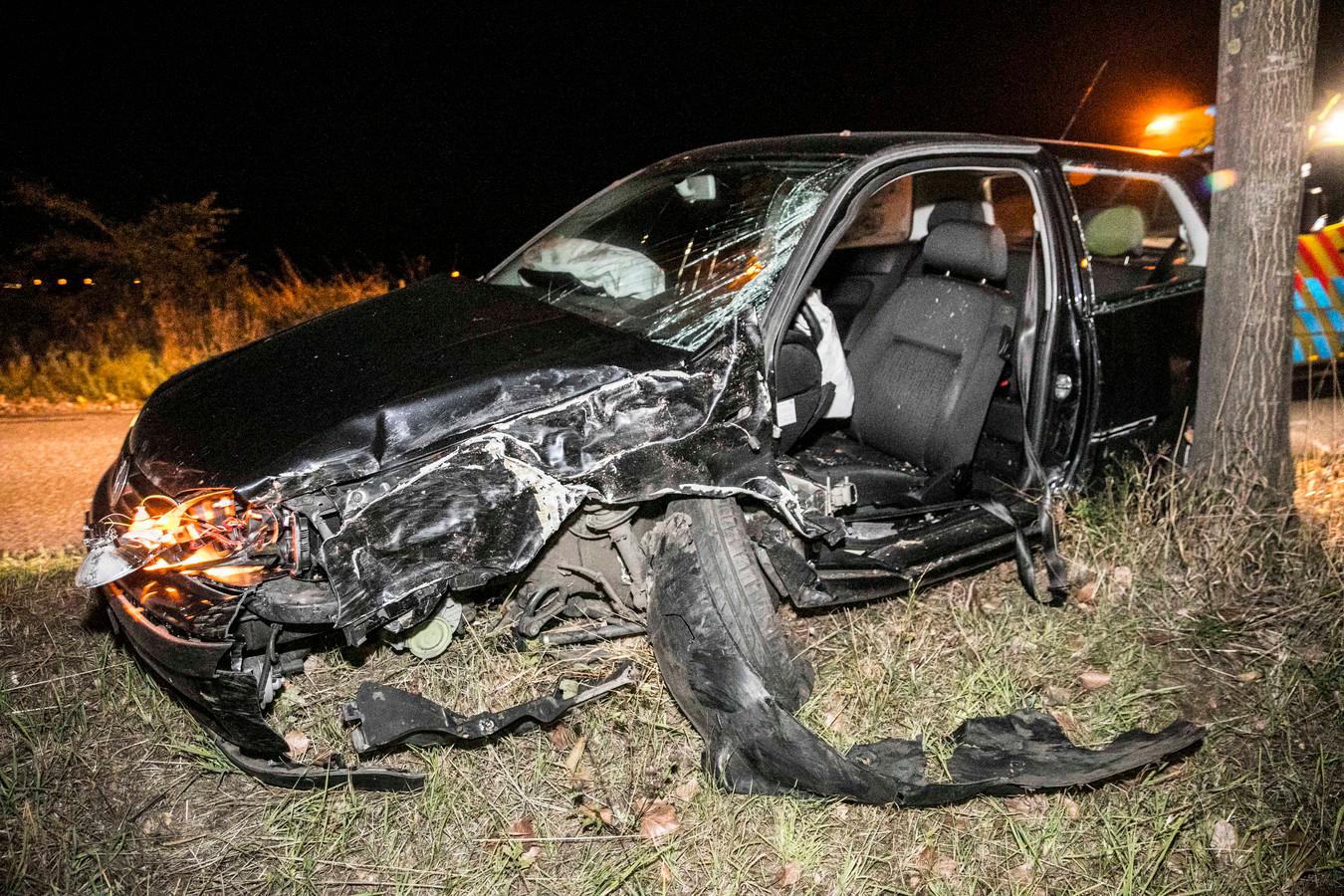 Twee van de drie inzittenden raakten gewond en zijn per ambulance overgebracht naar het ziekenhuis. De auto is total loss.