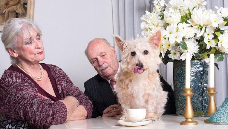 Bert en Thea van Horssen met hondje Rosso. Beeld Imke Panhuijzen