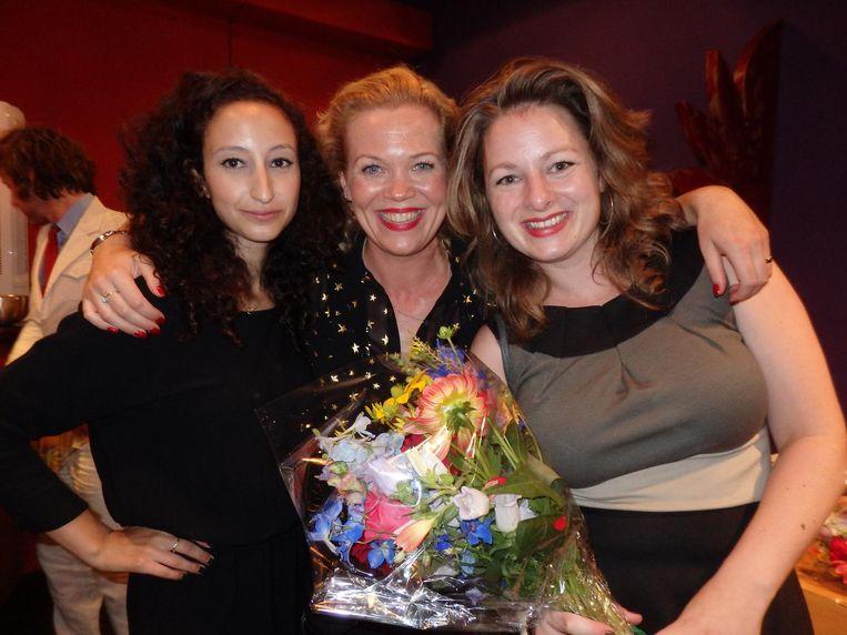 Yasmina Aboutaleb, Roos Schlikker en Lorianne van Gelder (vlnr), die zei dat ze liever naakt op dat podium stond dan een column voorlas. Ze las een column voor. Beeld Hans van der Beek