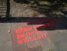 Tegenstanders 'megamoskee' in Enschede creatief met krijtspray: 'Geen moskee in onze straat'
