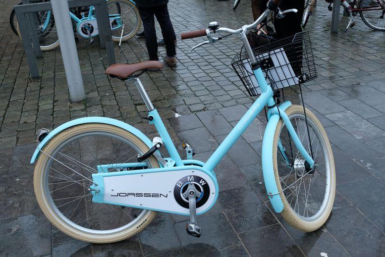 De nieuwe fietsen, in opvallend lichtblauw en met BMW-logo.
