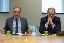 Toenmalige burgemeesters Peter Snijders (Hardenberg, links) en Bas Verkerk (Ommen) leggen in 2017 uit dat het zo niet verder gaat. Hoewel vooral Verkerk dat anders ziet.