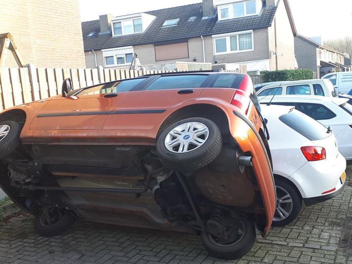 De auto op zijn kant.