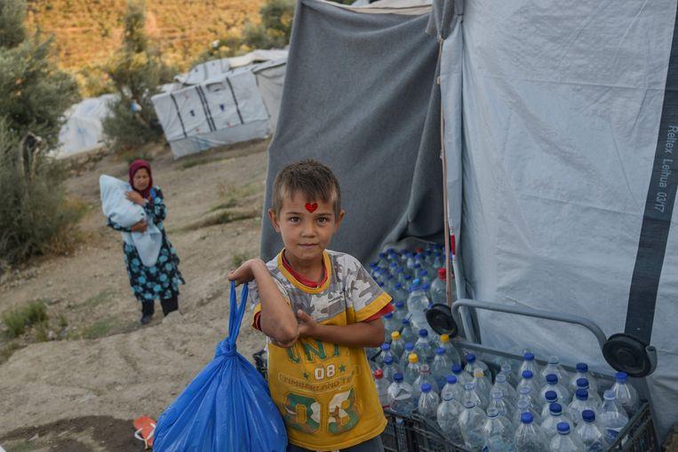 Een jongen in de buurt van vluchtelingenkamp Moria op Lesbos, Griekenland. 'De modderige uitzichtloosheid op Lesbos gaat alle lidstaten aan.'  Beeld AFP