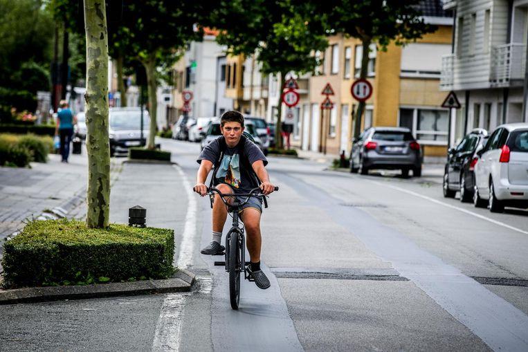 Een fietser in de Grotestraat. Alle partijen vinden dat de straat fietsvriendelijker moet heringericht worden.