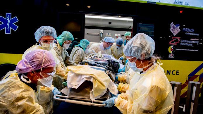 Een coronapatiënt wordt binnengebracht in een ziekenhuis, foto ter illustratie.