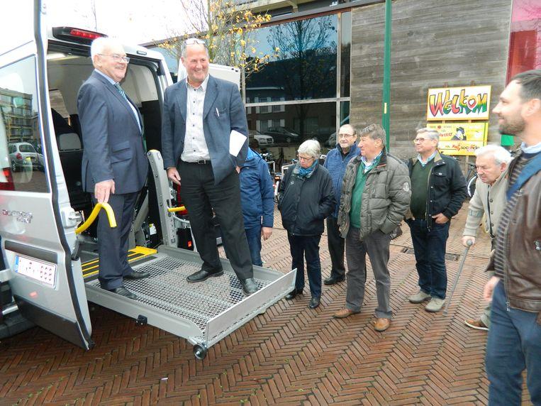 Schepenen Freddy Depuydt en Christophe De Waele testen de lift om de rolstoelen gemakkelijk in het busje te krijgen.