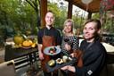 Madeleine Strikker, geflankeerd door haar koks Jeffrey Schilder en Marlies Meijer