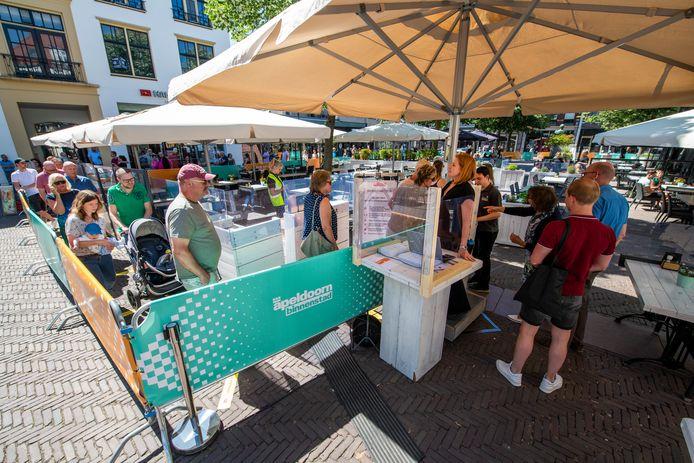Vlak voor twaalf uur staat een rij wachtenden bij Café de Paris aan het Raadhuisplein in Apeldoorn. Toen de rij was opgelost, waren er nog best tafeltjes beschikbaar.