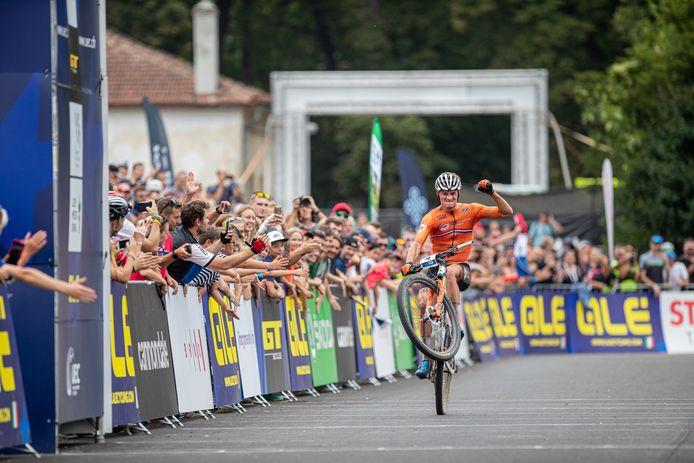 Mathieu van der Poel wordt op één wiel Europees kampioen mountainbiken.