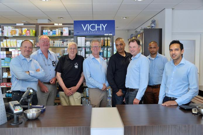 Het team van Transvaal Apotheek met rechts Arwin Ramcharam, mede-eigenaar van de apotheek.