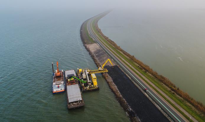 Rijkswaterstaat werkt aan de versterking van de Houtribdijk.