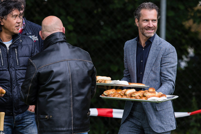Berry van Gool deelde toen hij nog directeur was bij Willem II steevast worstenbroodjes uit aan Willem II-fans bij de eerste training van het seizoen.