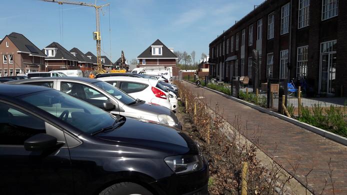Bewoners van KVL balen ervan dat parkeerplaatsen worden ingenomen door mensen die in het hoofdgebouw werken.