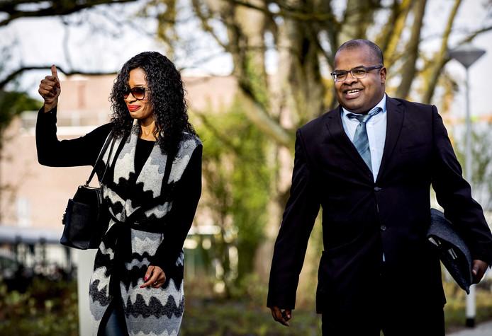 Sylvana Simons (links) en Artikel 1-campagneleider Ian van der Kooye arriveren bij de rechtbank Amsterdam waar de rechtszaak begint tegen 22 personen die worden verdacht van opruiing, discriminatie en belediging van Simons.