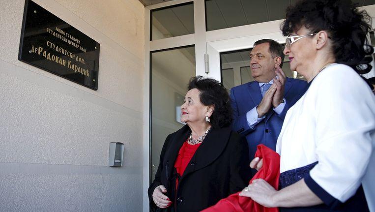 De dochter (rechts) en vrouw van Karadzic (links) tijdens de onthulling van de gedenkplaat bij de ingang van het studentenhuis, waar op staat: 'Studentenhuis - Dr. Radovan Karadzic'. Beeld reuters
