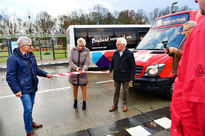 Vervoerskundige Leo Jacobs van Hermes en oud-wethouder Martien Jansen houden het 'lint' op dat wethouder Van Brakel doorknipt. Zij opende hiermee de nieuwe route van de buurtbus.