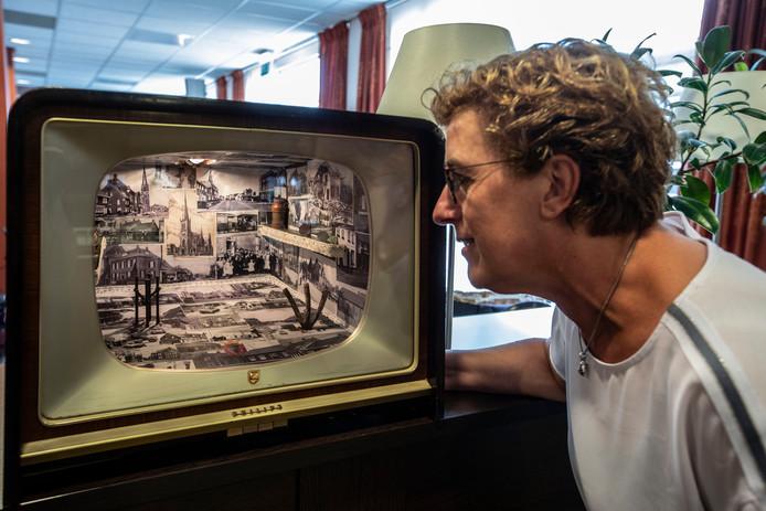 Antoinette Brueren van woonzorgcentrum Alphonsus werpt een blik in de tv-kijkdoos over Mierlo-Hout in de oorlogsjaren.