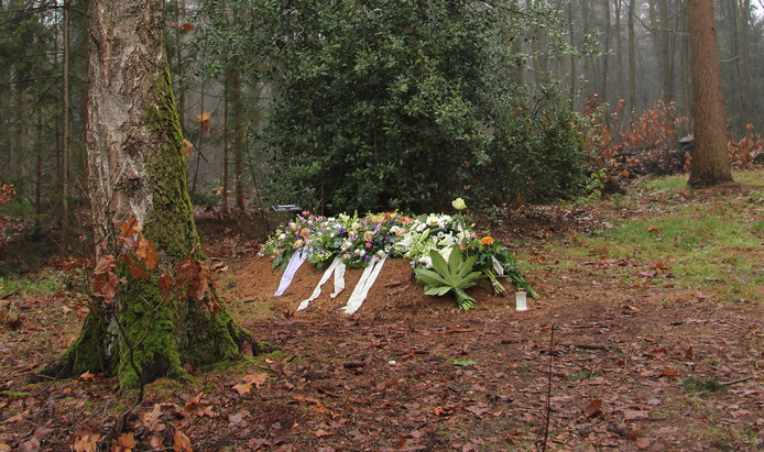 Graf op natuurbegraafplaats in Slingerbos bij Eibergen.