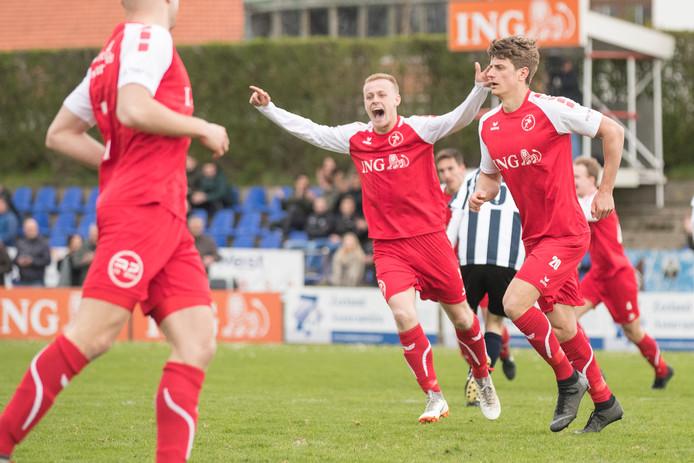 Steve Schalkwijk (rechts) was zondag de matchwinnaar bij Goes met twee doelpunten.