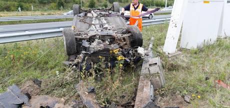 Auto belandt op de kop in berm naast N2 bij Eindhoven