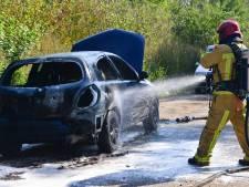 Weer brand aan de Nuijeneind in Bakel; auto gaat in vlammen op