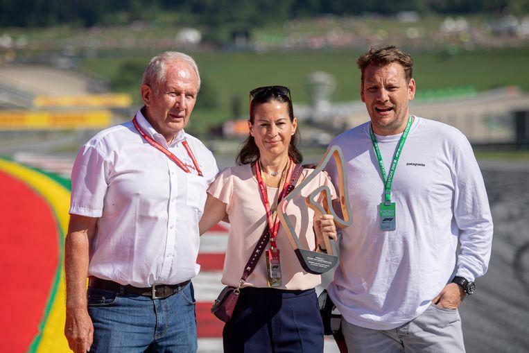 Helmut Marko (links), met Lauda's weduwe Birgit en zijn zoon Lukas.