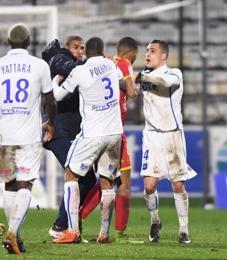 Spelers van Auxerre met elkaar op de vuist