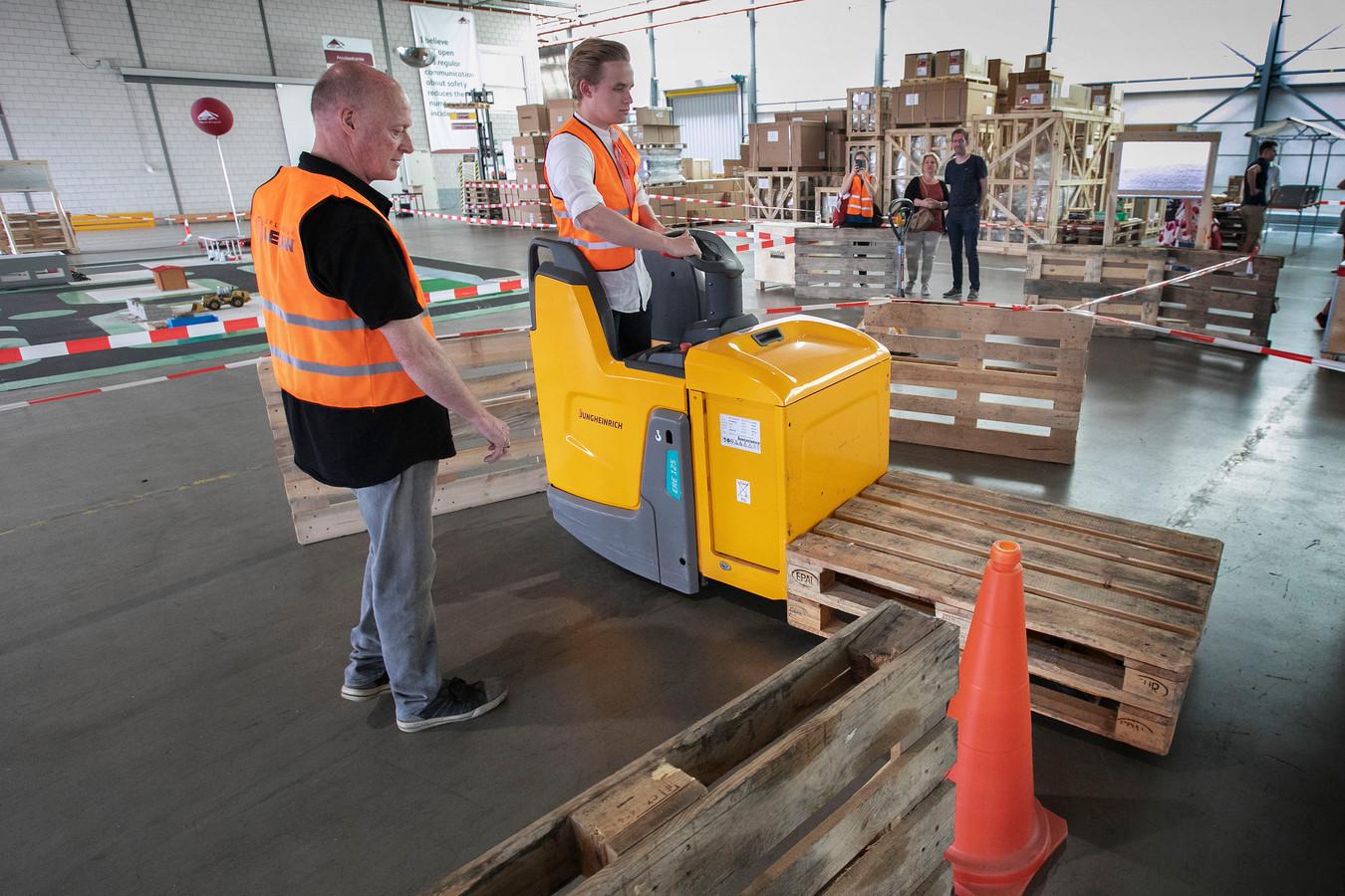 Jongeren oriënteren zich bij Ceva Logistics in Eindhoven op een baan in de logistiek tijdens de Dag van de Logistiek, georganiseerd door het Summa College en een groot aantal transportbedrijven.