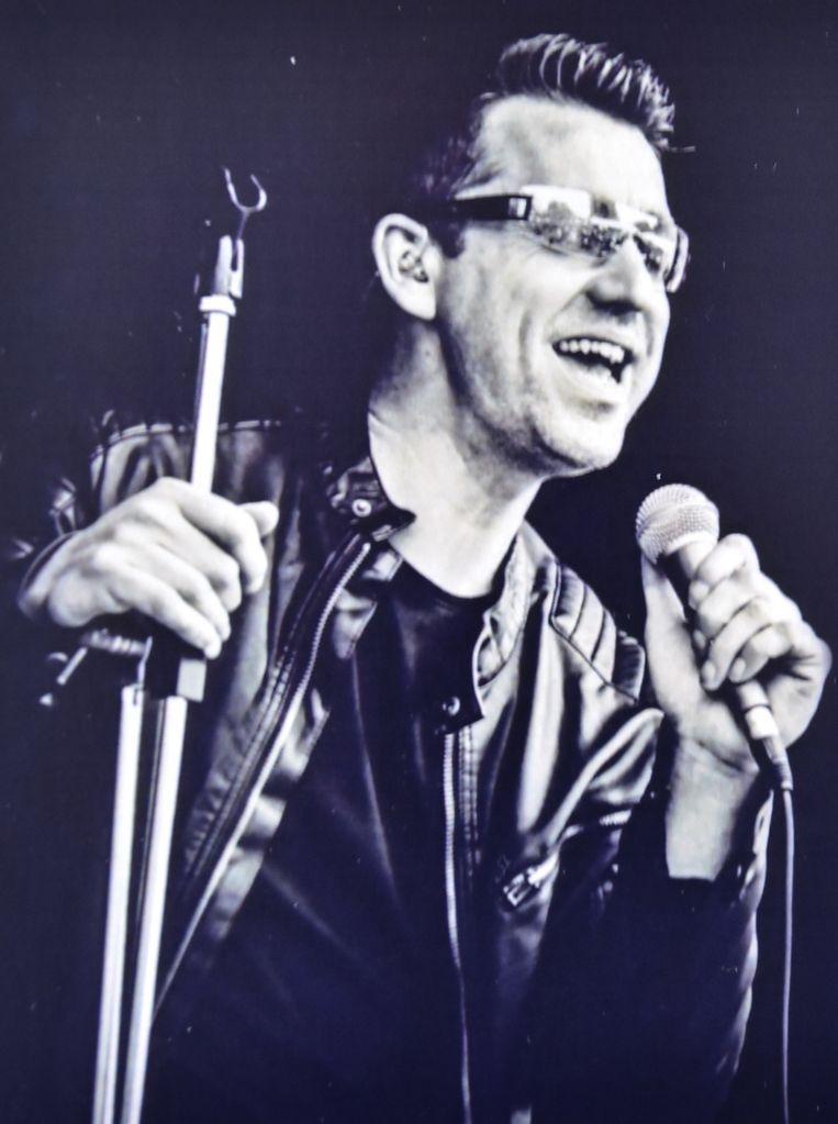 Sander Deroo was naast glasplaatser ook zanger van de tribute band CU2PLAY. De gelijkenis met Bono van U2 is treffend.