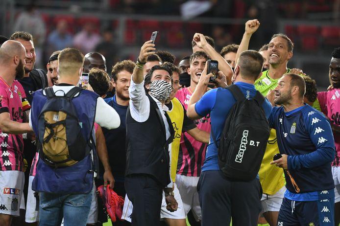 Mehdi Bayat met zijn spelers na de overwinning op Zulte Waregem, vorige week.