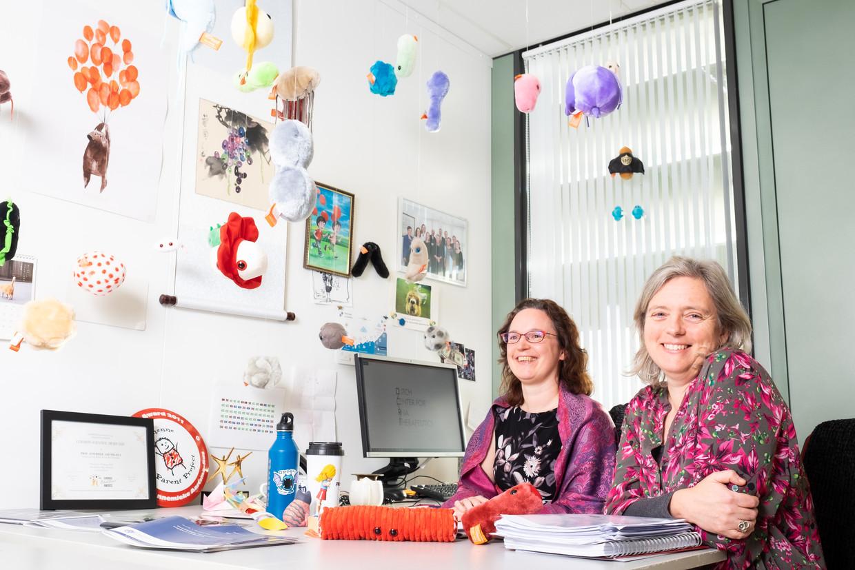 Hoogleraar translationele genetica Annemieke Aartsma (links) en universitair hoofddocent neurogenetica Willeke van Roon-Mom. Beeld Sabine Rovers